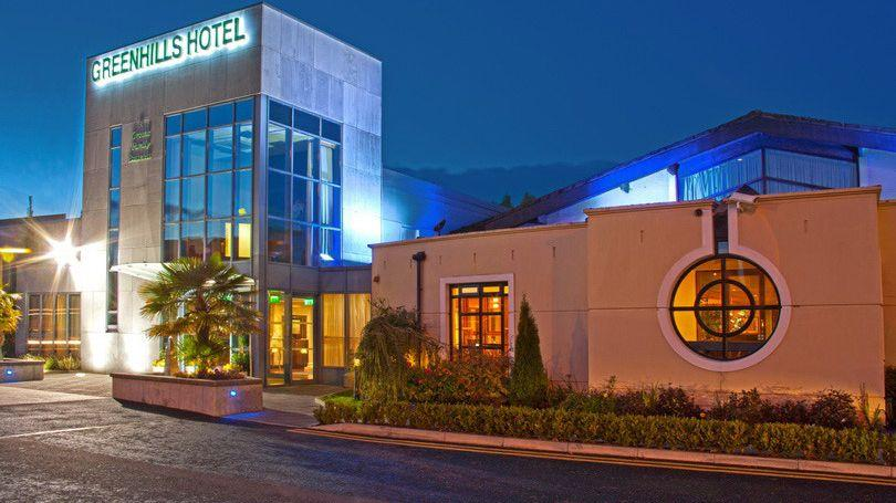 Greenhills Hotel Front-SignLights-02 810x456